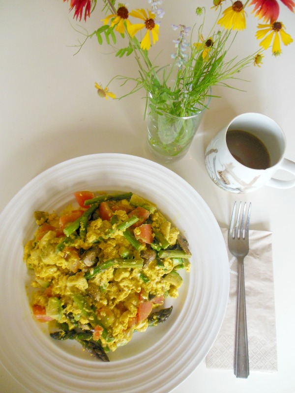cheesy veggie tofu scramble